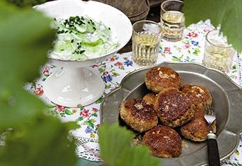 Faschierte Laibchen mit Rahmgurkensalat Foto: © Monika Schürle & Maria Grossmann