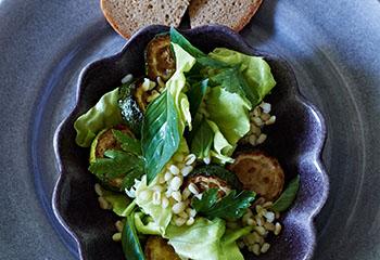 Zartweizen-Kräuter-Salat mit Zucchini Foto: © Walter Cimbal