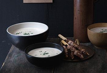 Maroni-Sellerie-Süppchen mit Hirsch-Sate-Spießen Foto: © Monika Schürle & Maria Grossmann