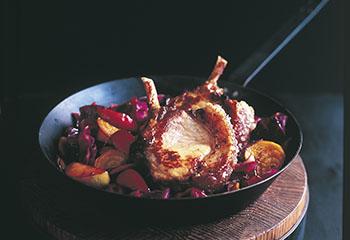 Knusprige Schweinskoteletts mit Rotkraut-Apfel-Gemüse Foto: © Con Poulos, Chris Court, Mikkel Vang, William Meppem