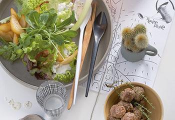 Pikanter Herbstsalat mit Fleischbällchen und Käsecrackern Foto: © Carsten Eichner
