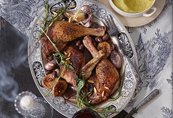 Ente mit schwarzen Oliven, Feigen, Pinienkernen und Polenta Foto: © Janne Peters