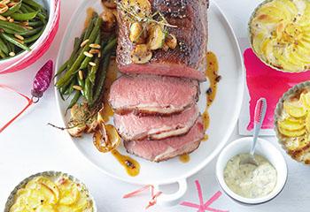 Roastbeefbraten mit Kartoffel-gratin und in Honig-Butter gebratenen Fisolen Foto: © Janne Peters