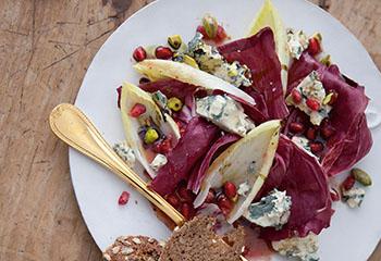 Winterlicher Salat mit Bleu d'Auvergne, Granatapfel und Pistazien Foto: © Monika Schürle & Maria Grossmann