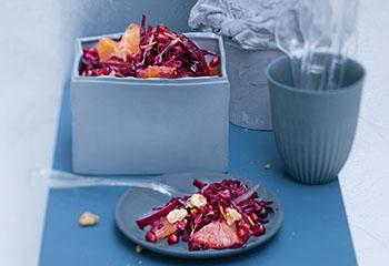 Fruchtiger Rotkrautsalat mit Granatapfel und Orangen Foto: © Monika Schürle & Maria Grossmann