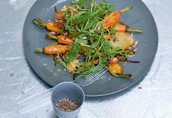 Ofengebackene Karotten mit Rucola und Sonnenblumenkernen Foto: © Monika Schürle & Maria Grossmann