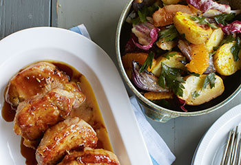 Orangenglasierte Schweinskoteletts mit warmem Erdäpfel-Chicoree-Radicchio-Salat Foto: © Vanessa Levis