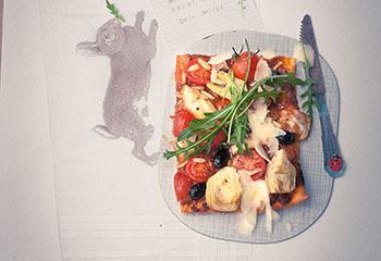 Tomatenpizza mit Rucola Foto: © Wolfgang Schardt