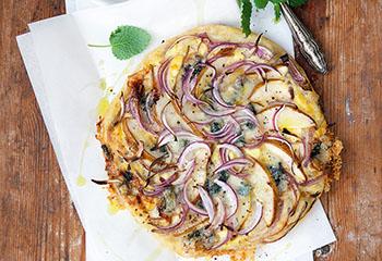 Pizza mit roter Zwiebel, Birne und Gorgonzola Foto: © Monika Schürle & Maria Grossmann