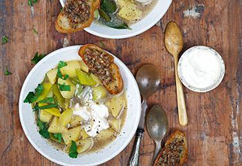 Kartoffel-Lauch-Suppe mit Steinpilz-Pesto-Crostini Foto: © Monika Schürle & Maria Grossmann