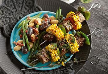 Rindfleischspieße mit Chimichurri-Sauce und Bohnensalat Foto: © Peter Garten