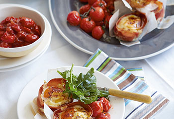 Prosciutto-Ei-Tartelettes mit Cherrytomaten-Relish Foto: © Ben Dearnley