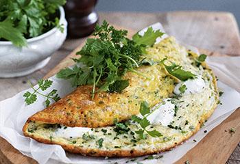 Kräuter-Ziegenkäse-Omelett mit Kräutersalat Foto: © Ben Dearnley