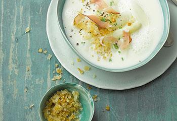 Spargel-Frischkäse-Suppe mit knusprigen Semmelbröseln Foto: © Carsten Eichner