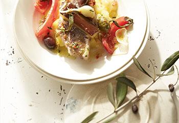 In Olivenöl pochiertes Lammrückenfilet mit mediterranen Aromen Foto: © Janne Peters