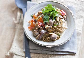 Dinkelspaghetti mit Pilzen und gebratenem Parmaschinken Foto: © Maria Grossmann & Monika Schürle