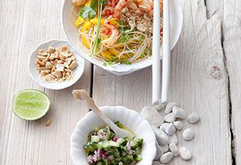 Glasnudel-Shrimps-Salat mit Mango, Gurkensalsa und Erdnüssen Foto: © Maria Grossmann & Monika Schürle