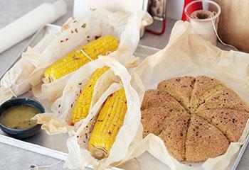 Mailskolben mit scharfer Knoblauchbutter und Pecan-Biscuits Foto: © Janne Peters