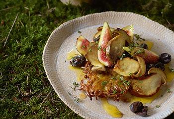 Steinpilz-Rösti auf Oliven-Feigensalat mit Zitrusdressing Foto: © Walter Cimbal
