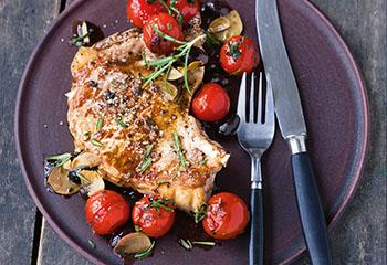 Schweinskoteletts mit Tomaten-Oliven-Gemüse Foto: © Wolfgang Schardt