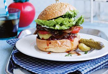 Beef-Burger mit Paradeiser-Chili-Relish und Balsamicozwiebeln Foto: © Ben Dearnley