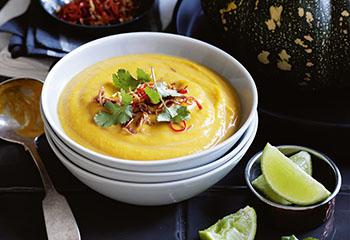 Kürbissuppe mit knusprigen Chilis und Schalotten Foto: © Ben Dearnley