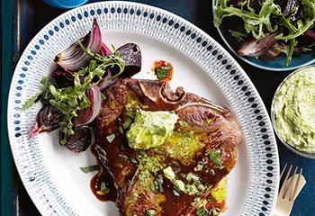 T-Bone-Steak mit Kräuterbutter und warmen Rote-Rüben-Ruccolasalat Foto: © Ben Dearnley