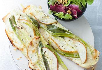 Jungzwiebel-Flammkuchen mit Birne und Salat Foto: © Wolfgang Schardt