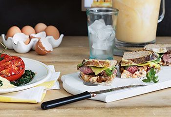 Sandwiches mit Beiried und Schmorzwiebeln Foto: © Ben Dearnley