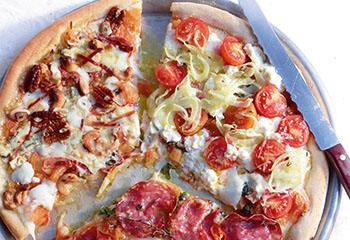 Runde Pizza mit drei Belägen Foto: © Walter Cimbal