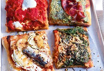 Pizzablech mit Pesto Rosso und vier Belägen Foto: © Walter Cimbal