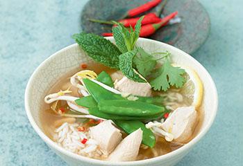 Asia-Hühnersuppe mit Reis Foto: © Wolfgang Schardt