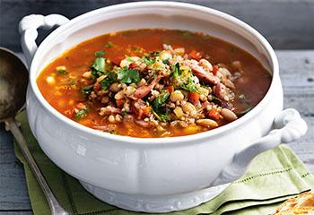 Deftige Bohnensuppe mit Rollgerste und Geselchtem Foto: © Sabine Schmitz