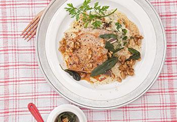 Schweinskoteletts mit Petersilienwurzel-Püree und Salbei-Walnuss-Butter Foto: © Maria Grossmann & Monika Schürle
