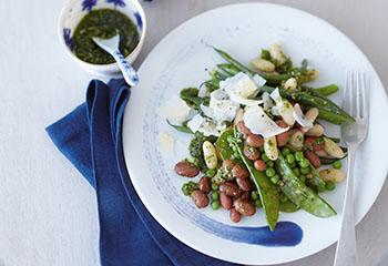 Erbsen-Bohnensalat mit Pinienkern-Zitronen-Pesto Foto: © Janne Peters