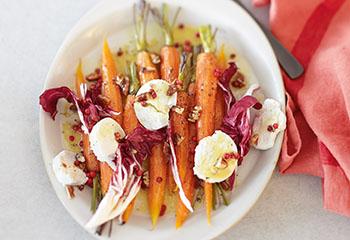 Salat aus gebackenen Karotten mit Radicchio und Ziegenkäse Foto: © Janne Peters
