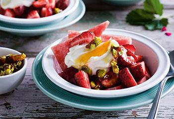 Erdbeer-Melonen-Fruchtsalat mit Honigjoghurt und kandierten Pistazien Foto: © Ben Dearnley