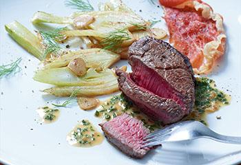 Hüferlsteaks mit gebratenen Fenchelscheiben, Knoblauch-Schinkenchips und Wein-Kräuterjus Foto: © Walter Cimbal