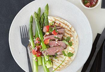 Grüner Spargel mit Tomatensalsa und Steak Foto: © Janne Peters
