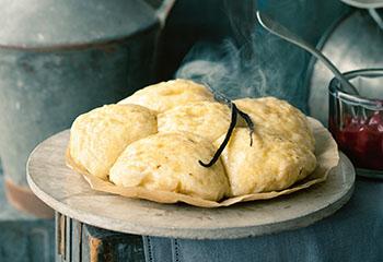 Süße Amaretto-Buchteln mit Vanille-Honig-Butter und Schoko-Kirschkompott Foto: © Wolfgang Schardt
