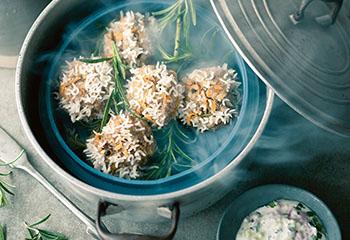 Rosmarin-Fleischbällchen in Reishülle zu Kräuter-Raita Foto: © Wolfgang Schardt