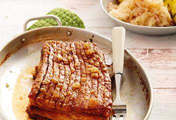 Knuspriger Schweinsbraten mit Erdäpfelknödel und Sauerkraut Foto: © Peter Garten