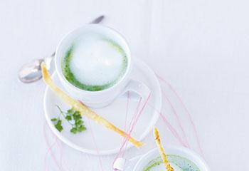 Erbsencappuccino mit Kokostuiles Foto: © Janne Peters