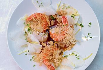 Gebackene Garnelen auf Rettich-Erdnusssalat