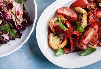 Gegrillter Paprika-Paradeiser-Croûton-Salat Foto: © Ben Dearnley