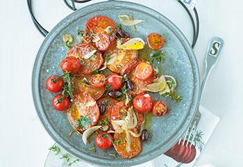 Gebratener Oliven-Paradeisersalat mit Röstbrot Foto: © Wolfgang Schardt