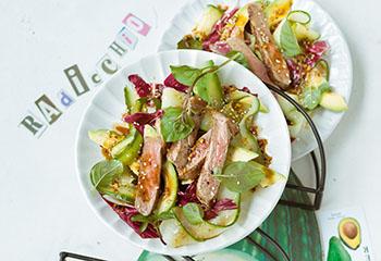Avocado-Gurkensalat mit Beiried und Sojadressing Foto: © Wolfgang Schardt