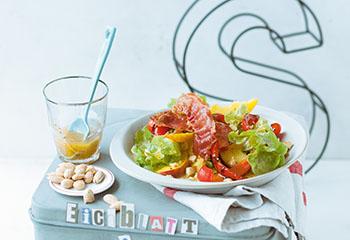 Eichblattsalat mit Pfirsich, Paprika und Prosciutto Foto: © Wolfgang Schardt