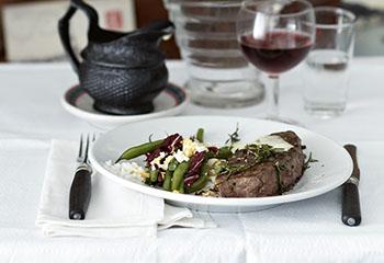Roastbeef mit Fisolen und Sauce Béarnaise Foto: © Janne Peters