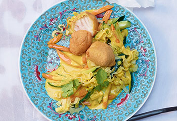 Gemüsecurry mit Kabeljaufilet und Woknudeln Foto: © Walter Cimbal
